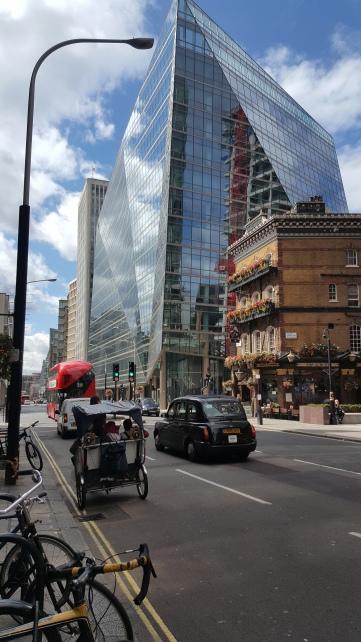 Contrastes urbanos camino de Victoria Station.